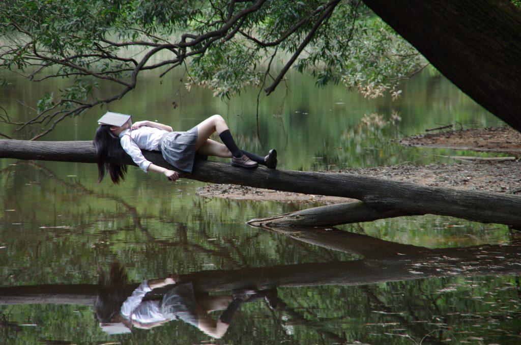 dame-qui-dort-au-bord-d-un-lac