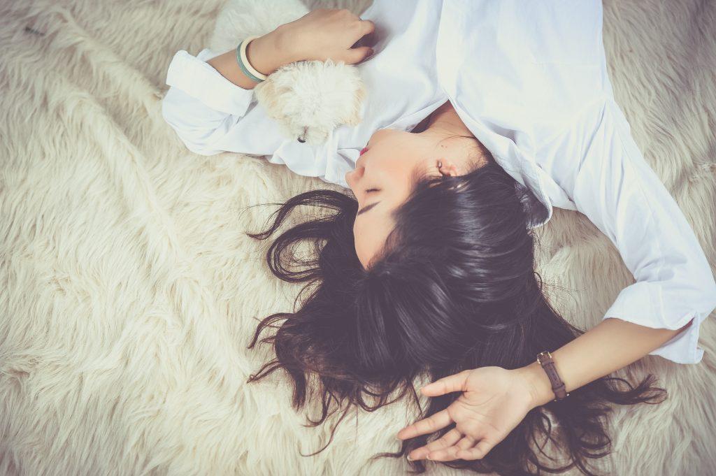 femme-qui-dort-avec-son-chien